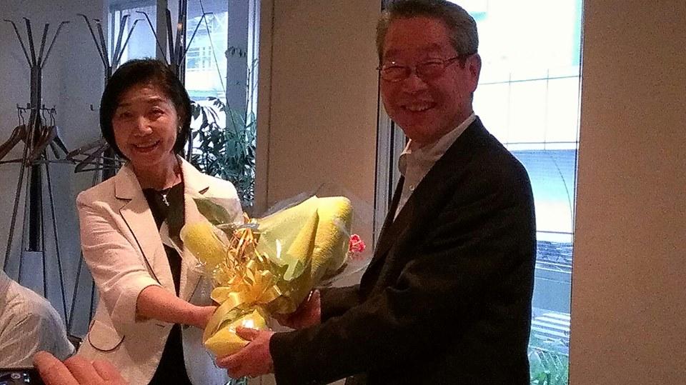 和田るり新同窓会長から、松本茂前同窓会長に花束贈呈。